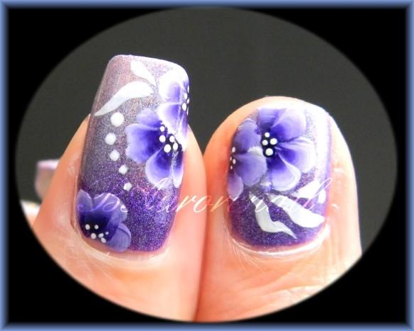 nail art holographique et fleurs one stroke violettes 3